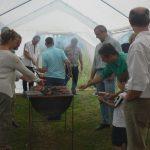 Tout compte fait, cuisiner sous la tente est assez amusant ; il suffit de se relayer pour ne pas se bousculer à 150 en même temps.