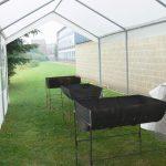 Toutes les stations meteo sont formelles : le risque de pluie à Mons est de 100 % pour ce dimanche 25 juin 2006 ; en 2 temps et 3 mouvements, des tonnelles sont dressées au-dessus des barbecues. A midi, la pluie battante ... s'évapore au contact de la toile chauffée !